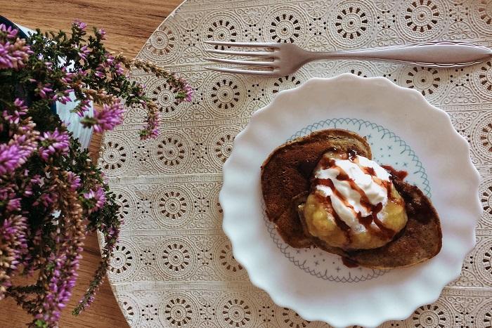Zdravé vaření: Makové lívance s hruškovo-mangovým pyré a zakysanou smetanou